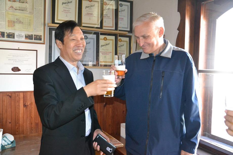 张副县长参观考察费迪南啤酒厂