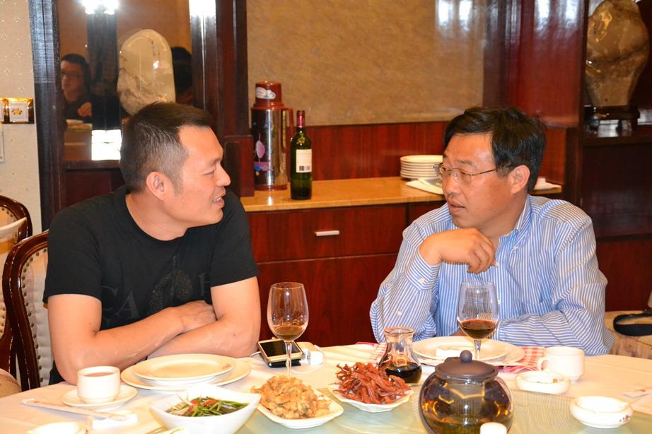 陈祝毅副总经理与周灵建会长热情交谈