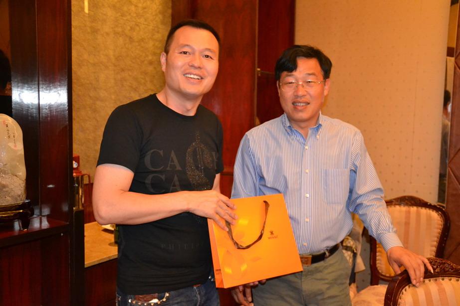 陈祝毅副总经理向周灵建会长赠送纪念品