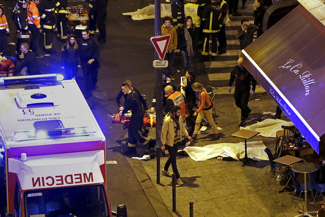 ATTENTION EDITORS - VISUAL COVERAGE OF SCENES OF INJURY OR DEATHGeneral view of the scene with rescue service personnel working near covered bodies outside a restaurant following shooting incidents in Paris, France, November 13, 2015.   REUTERS/Philippe Wojazer