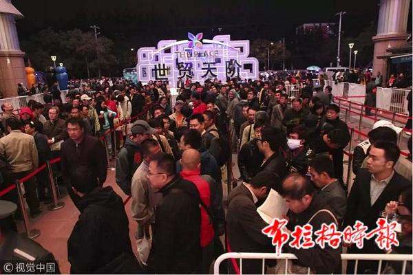 2009年iPhone手机首次在中国销售,世贸天阶现场人满为患。