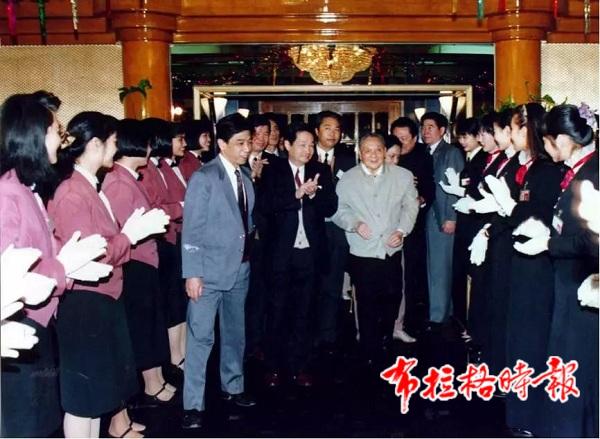 1992年1月,邓小平同志在深圳国贸大厦受到员工们的热烈欢迎。梁伯权摄