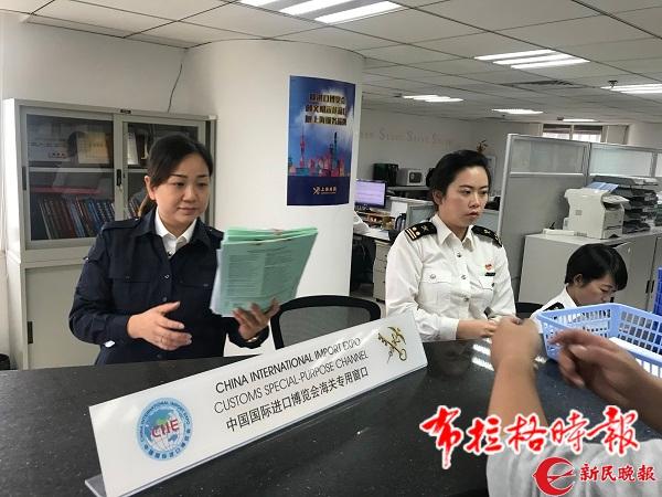 图说:海关工作人员为进博会展品办理通关 新民晚报记者 张钰芸 摄
