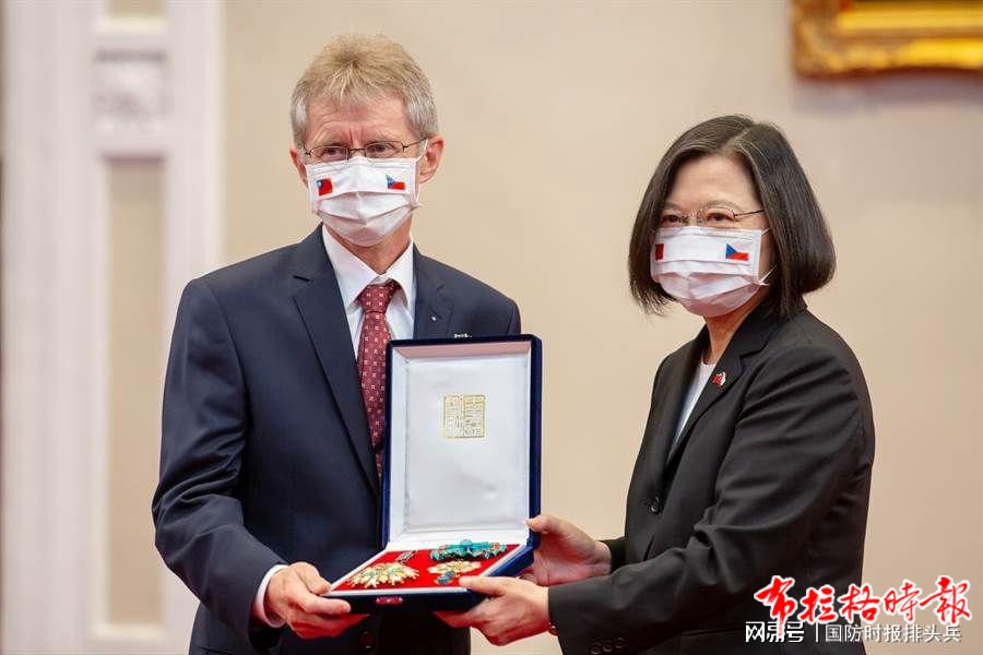 9月3日,捷克参议院议长维特齐转达柯佳洛遗孀的感谢信,蔡英文追赠捷克共和国已故参议长柯佳洛勋章