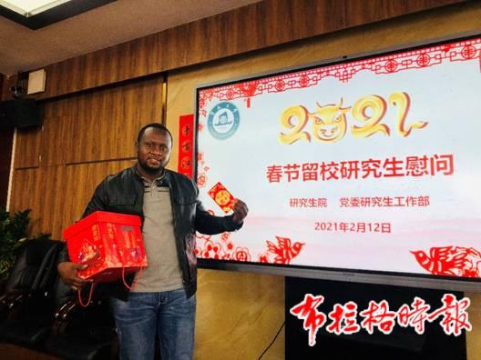 暨南大学刚果共和国留学生扎克积极参加学校组织的春节活动。