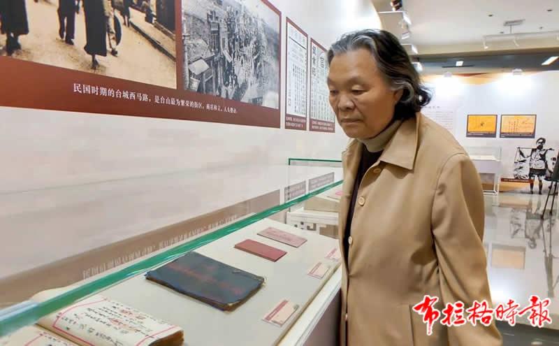 著名侨领司徒美堂的孙女司徒月桂参观展览。