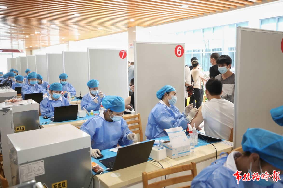 3月27日,在南方医科大学南方医院白云分院,众多广州市民前来接种新冠病毒疫苗。 李细华 摄