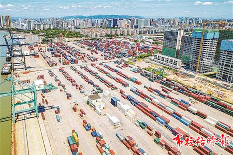 汕头打造国际优质消费品进出口集散中心。图为汕头港国际集装箱码头 赵映光 摄