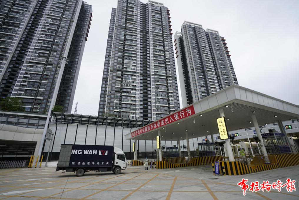 """在深圳市莲塘口岸,一辆来自香港的货车正以""""一站式""""模式通关。董天健 摄"""