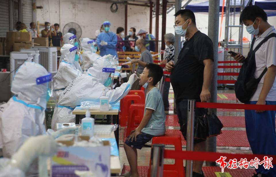 广州一核酸检测点,工作人员为市民做核酸检测。符超军 摄