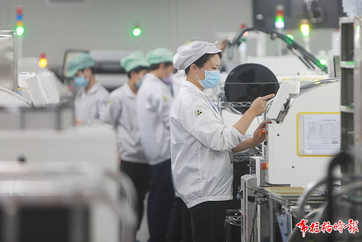广东制造日益占据产业链中高端。图为深圳龙岗区海能达工业园区的生产车间。 朱洪波摄