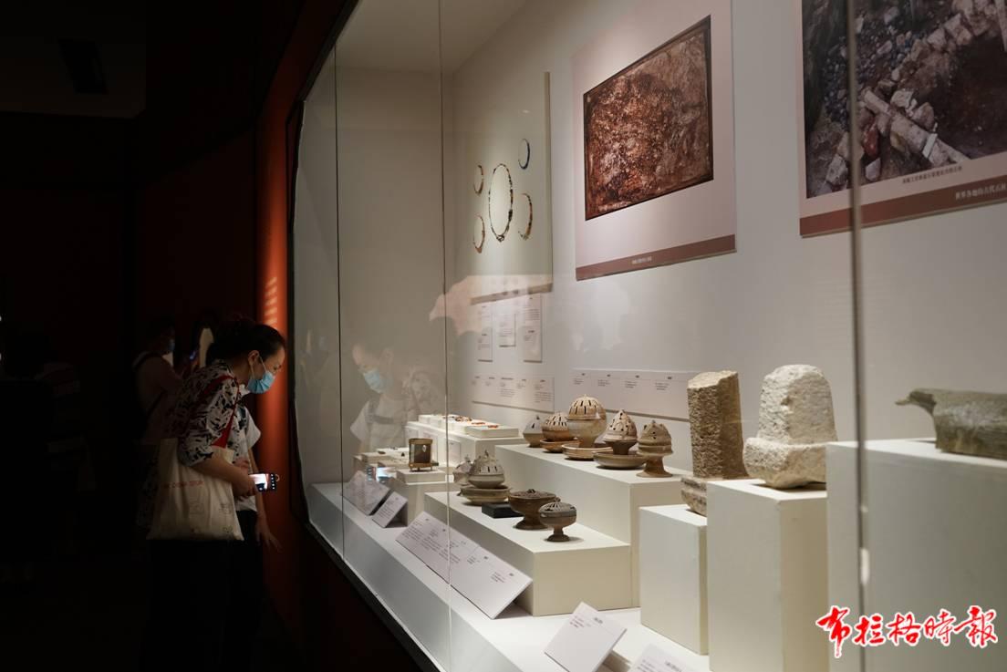 """来自广州的300余件秦汉文物在国博亮相,不少文物因外形独特""""圈粉""""无数。王诗堃 摄"""
